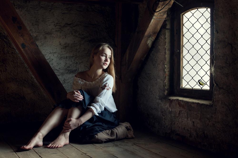 Девушки прикованные кандалами в темнице